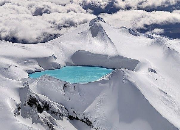 Liqeni i Smeraldtë në kraterin e një vullkani të shuar. Tongariro në Parkun Kombëtar të Zelandës së Re.