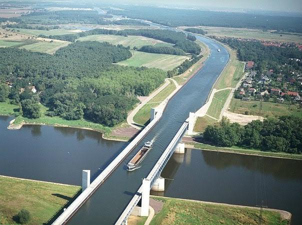 Lumi sipër lumit: Magdeburg Water Bridge, Gjermani.