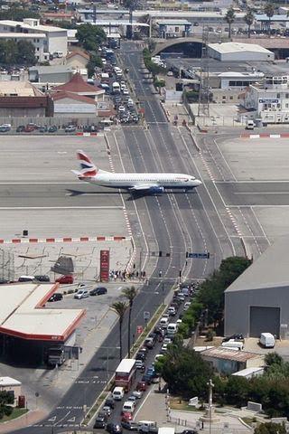 Aeroporti i Gjibraltarit është një nga më të jashtëzakonshmit në botë.
