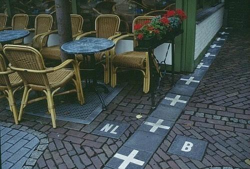 Kufiri mes Belgjikës dhe Hollandës kalon në një kafene.