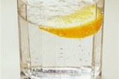 Ujë i ngrohtë me limon: përshpejton metabolizmin dhe ju shpëton nga kilet e tepërta