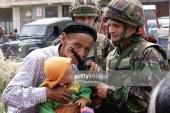 IKONIKE/ Si e puthte armën e ushtarit britanik një gjysh i dërrmuar nga lufta në Kosovë (foto)