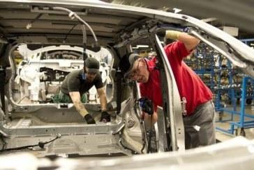 """Nissan shkurton 12,500 vende të punës, kompania në """"rënie të lirë"""""""