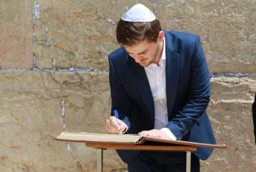 """Gent Cakaj në Jerusalem, """"qan"""" ritin e detyruar hebre te Muri i Lotëve"""