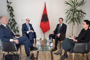 Flamur shqiptar në dy takime të Albin Kurtit, acarohet Vuçiç dhe media serbe