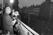 """PËRVJETOR/ 30 vjet nga """"Revolucioni i Mëndafshtë"""" në Çekosllovaki, ç'ndodhi dhe pse u quajt i tillë?"""