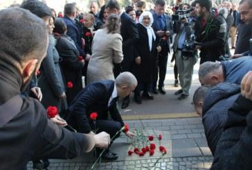 Përkujtohet 21 Janari: mazhoranca kryen ritin, familjarët e viktimave po ashtu