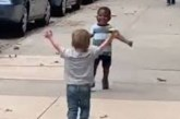 Video: dy të mitur ngazëllejnë botën me takimin e tyre