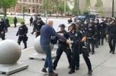 """Tronditëse nga protestat në SHBA: policia s'kursen plakun, e çon """"afër"""" vdekjes (video)"""