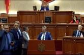 """Opozita e re bëhet e """"vjetër"""": Bllokon foltoren, braktis parlamentin"""