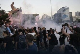 Beogradi përndizet sërish, protestuesit: Vuçiç, ik në Kosovë! (pamje)